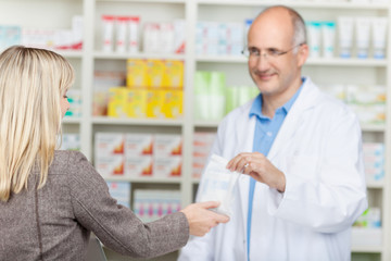 apotheker verkauft medikament