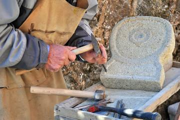 Lavoro artigianale della pietra dettaglio mani