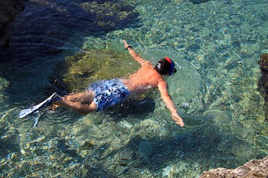 bagno nell'acqua trasparente di Murter (Croazia)