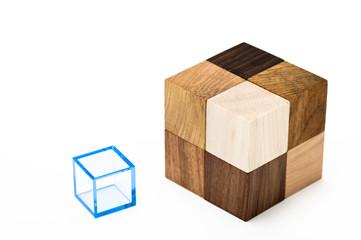木製の立方体ブロックとプラスチックの立方体