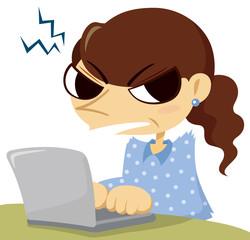 睨む女性とノートパソコン