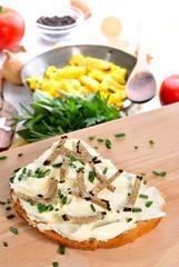 Streichkäse auf einer Scheibe Brot mit gehobeltem Sommertrüffe