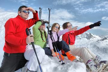 Famille ski  regarde la montagne