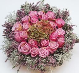 Gesteck mit rosa Rosen