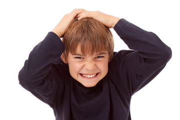 Kind - Junge hält sich den Kopf - Schmerzen, Kopfschmerzen