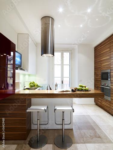 Cucina moderna in legno con penisola immagini e for Abbonamento a cucina moderna