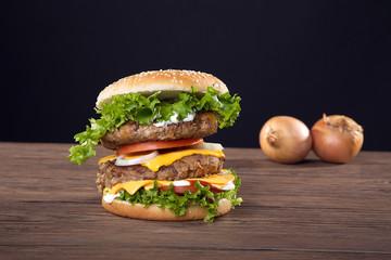 Hamburger frisch serviert, Mega doppelt