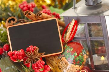 Tafel zu Weihnachten mit Sternanis und Zimt und Kerzenschein