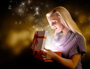 Frau öffnet magisches Geschenk