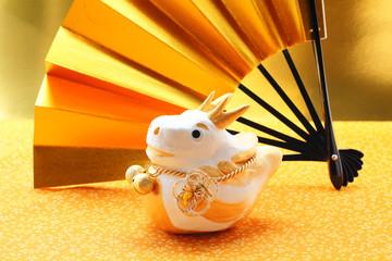 辰 干支 人形 置物 金色の扇