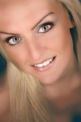 lächelndes Frauenportrait