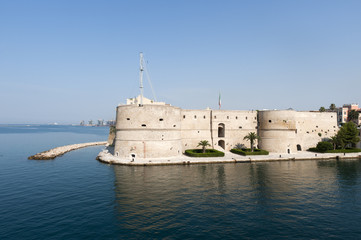 Fotorolgordijn Artistiek mon. Taranto (Puglia, Italy) - Old castle on the sea