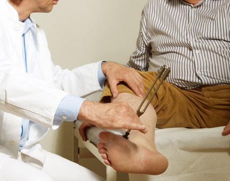 Neurologische Untersuchung mit Stimmgabel