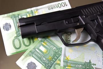 Geld mit Pistole