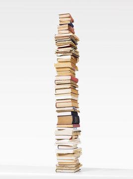 pila di libri su bianco