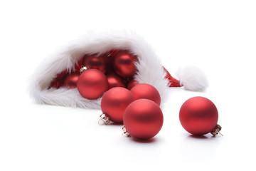 Rote Weihnachtskugeln in Nikolausmütze