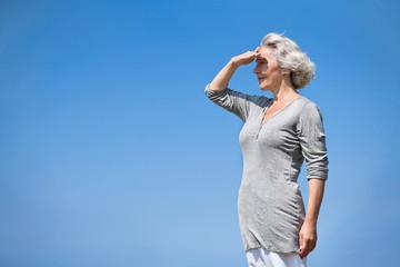attraktive Seniorin blickt in die Ferne