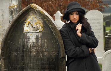 ragazza vicino a tomba
