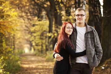 Obraz Para młodych dorosłych jesienią w lesie - fototapety do salonu