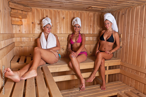 three women relaxing a hot sauna stockfotos und lizenzfreie bilder auf bild 36673261. Black Bedroom Furniture Sets. Home Design Ideas