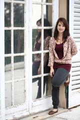 ragazza vicino alla finestra 4