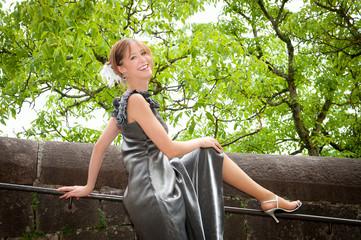 Portrait einer schönen jungen Frau in silbernem Kleid