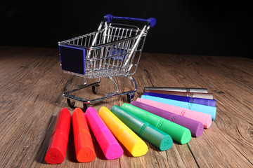 Bunte Stifte mit Einkaufswagen, quer
