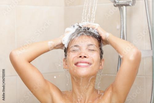 женщины три моются в душе