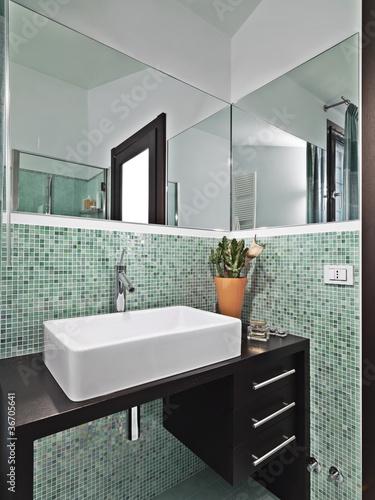 bagno moderno con mosaico verde\