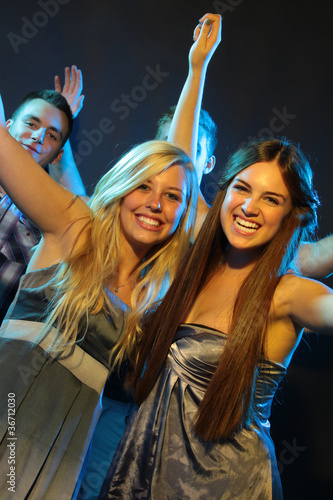 Tanzende Freundinnen