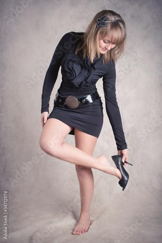 Фото как девушка снимает юбку