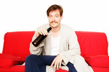 Mann mit Bierflasche auf Couch