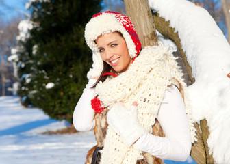junge frau im schnee