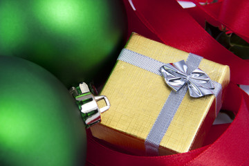 caja de regalo con bolas verdes y lazo rojo