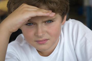 Мальчик смотрит вперед из под ладони