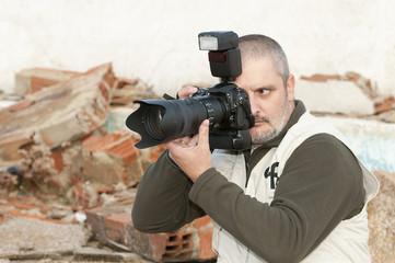 Fotógrafo de guerra en una bombardeada.