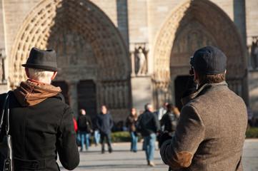 touristes à notre dame de Paris