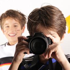 Kinder spielen mit der Kamera