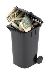 Geldscheine in Mülltonne