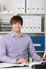 junger mann im büro
