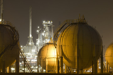 Oil-refinement plant and gas storage tank