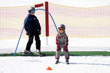 Kleine Skifahrer im Winterurlaub in Skischule