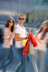 Macho mit Frauen beim Shoppen