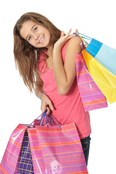 Jene fille heureuse fait du shopping