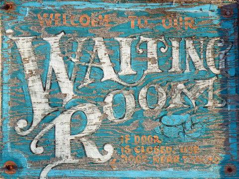 "Schild ""Waiting Room"" in texanischem Bahnhof"