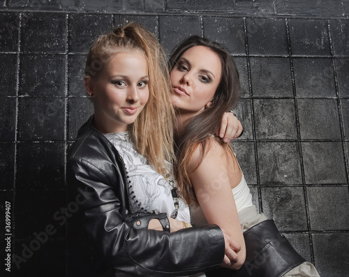 две девушки обнимаются фото
