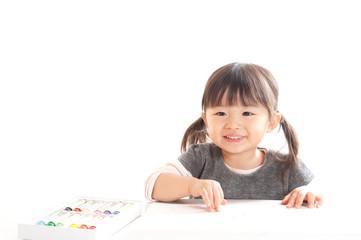 お絵描きをする女の子
