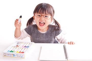絵を描く笑顔の女の子