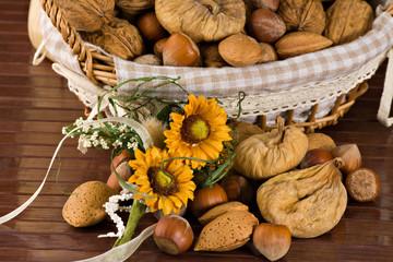 Cestino con frutta e fichi secchi - Nuts and dried figs