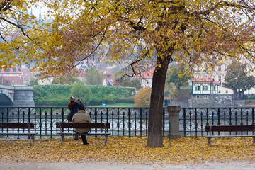 Persone sul fiume Moldava